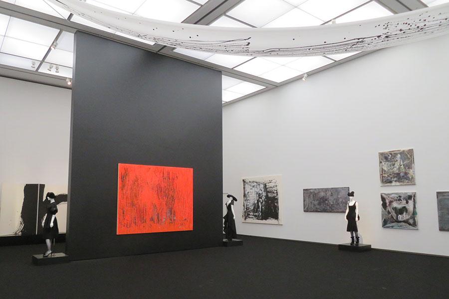 天井型が高く広大な展示室に絵画をファッションを配置し、インスタレーション的に構成。個々の作品はもちろん、空間全体を味わうのも本展の醍醐味だ