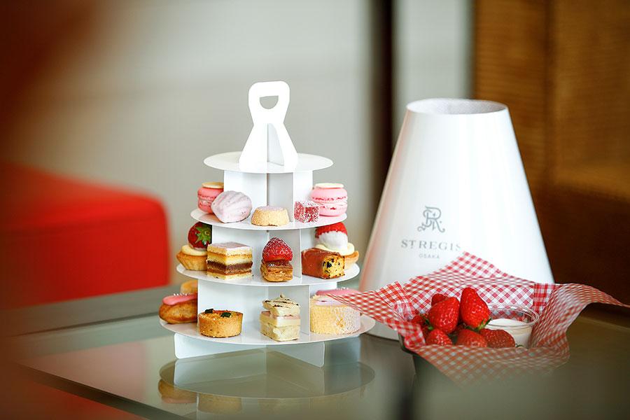 「セント レジス ホテル 大阪」で4月27日から5月末まで予定しているストロベリーアフタヌーンティー。ミルフィーユやマカロン、パート・ド・フリュイなどフランス菓子が中心