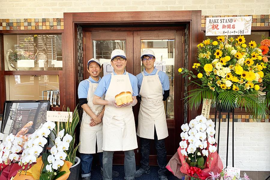 イギリス食パンに熱意を注ぐオーナー酒井健さん(中央)と、菓子パン担当の西尾琢也さん(左)、ハード系担当の越智賢治さん。3人でタッグを組んでパンを焼く