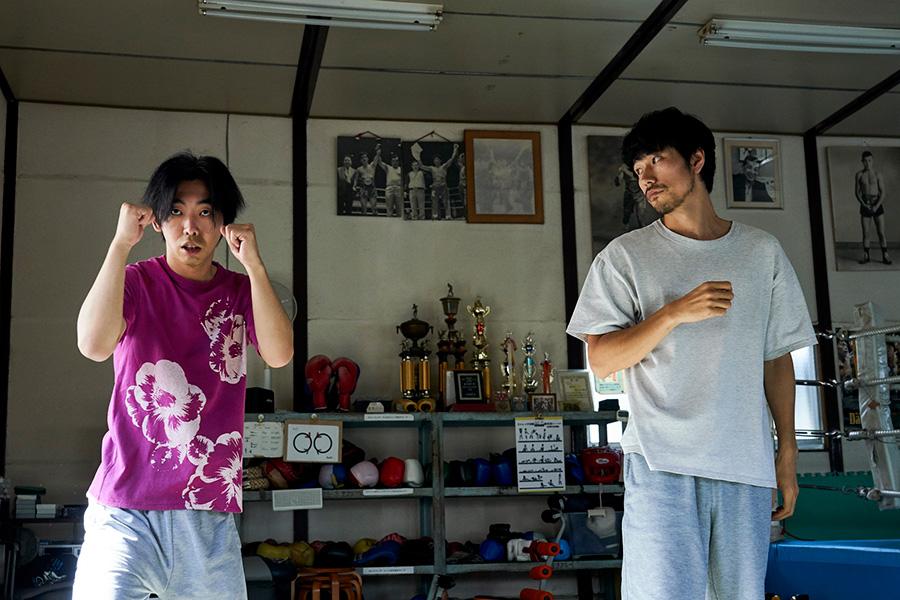 ジムでは、ボクシングを習いにきた楢崎剛(榎本時生)を教える瓜田(松山ケンイチ)。(C)2021『BLUE/ブルー』製作委員会