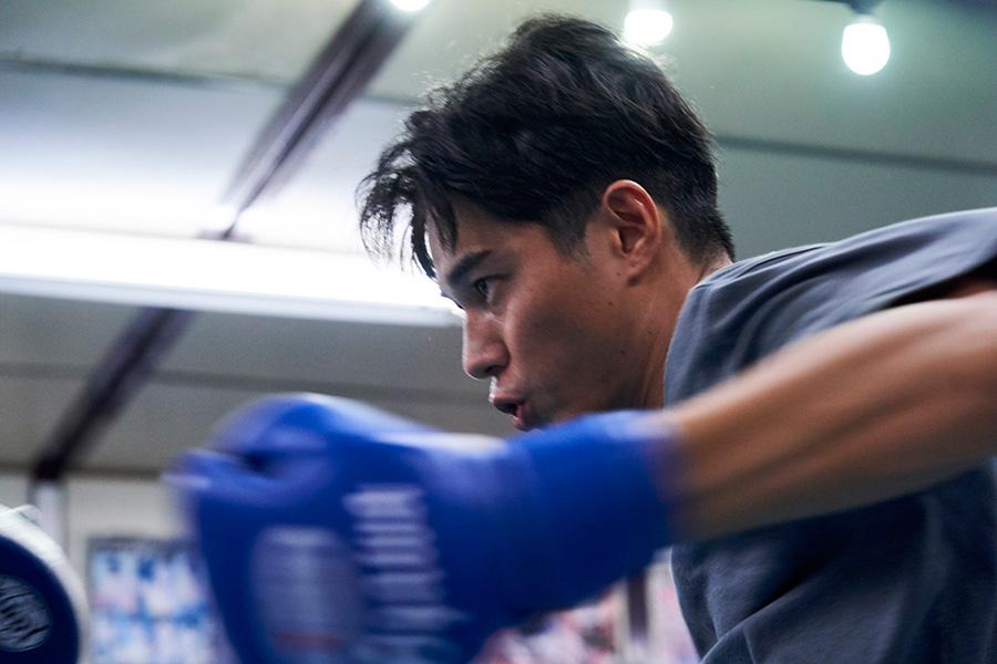瓜田(松山)に誘われ、ボクシングをはじめ才能を発揮した小川(東出)(C)2021『BLUE/ブルー』製作委員会
