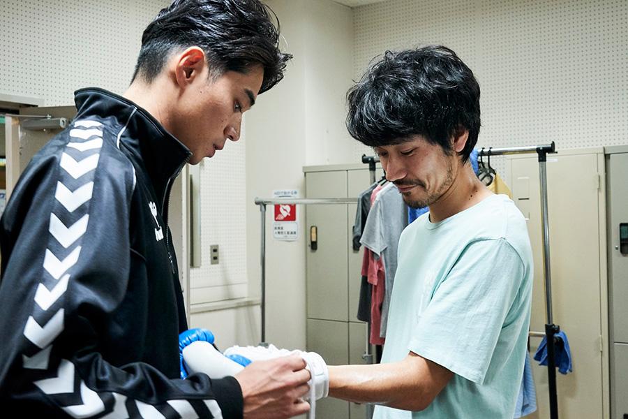 ボクシング仲間である瓜田信人(松山ケンイチ)と、チャンピオン目前の選手・小川一樹(東出昌大)。(C)2021『BLUE/ブルー』製作委員会