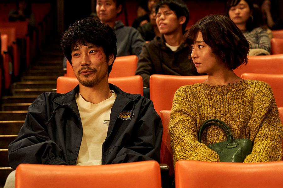 瓜田(松山ケンイチ)の友だち、小川(東出昌大)の彼女役を演じるのは木村文乃。(C)2021『BLUE/ブルー』製作委員会