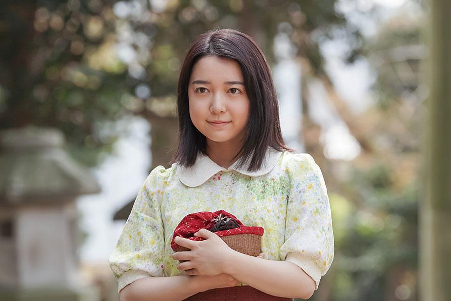 お参りをするため、「たちばな」の和菓子をもって神社に出向く安子(上白石萌音) (C)NHK