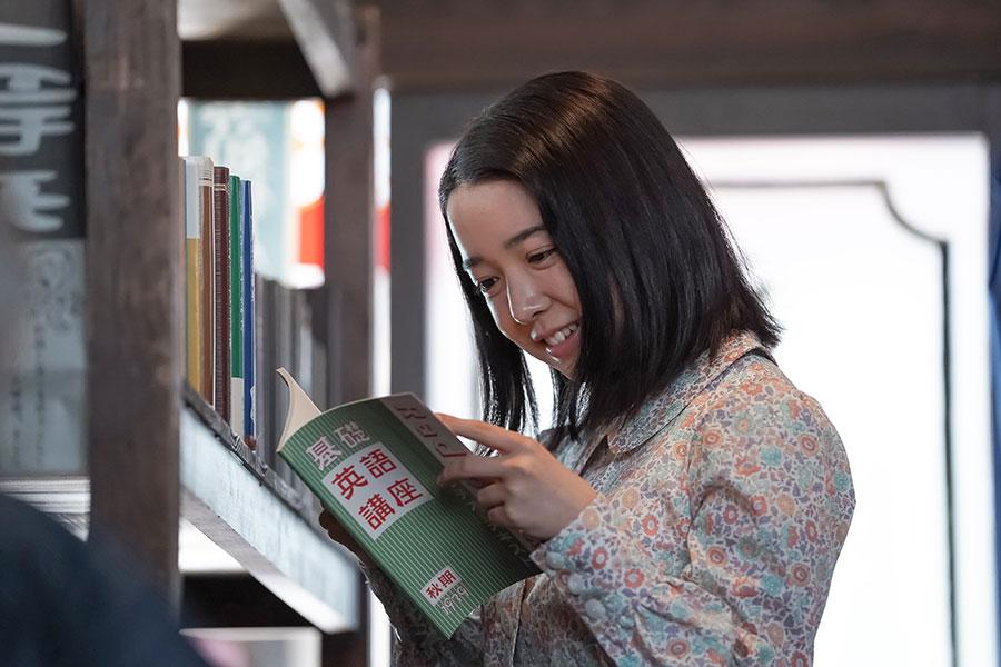 戦争でさまざまな物資の規制が強まるなか、書店でラジオ英語講座のテキストを見つけて安堵する安子(上白石萌音) (C)NHK