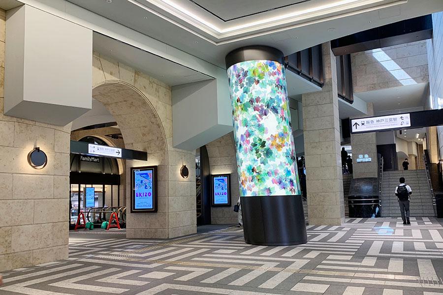 駅の東口改札コンコース。中央に設置された光のオブジェも今後待ち合わせスポットになる?