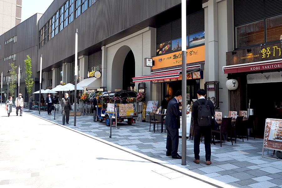 サンキタ通りは石畳になり、山側ゾーンのテラス席が並ぶ開放的な雰囲気に