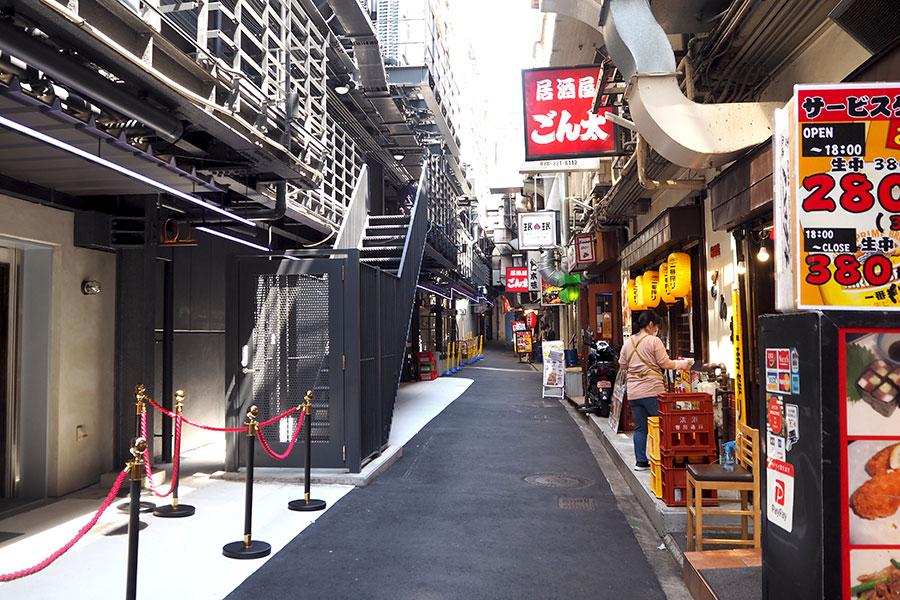 JR高架下の飲み街「さんらく」の居酒屋などが並ぶ昭和の雰囲気漂う海側(南)