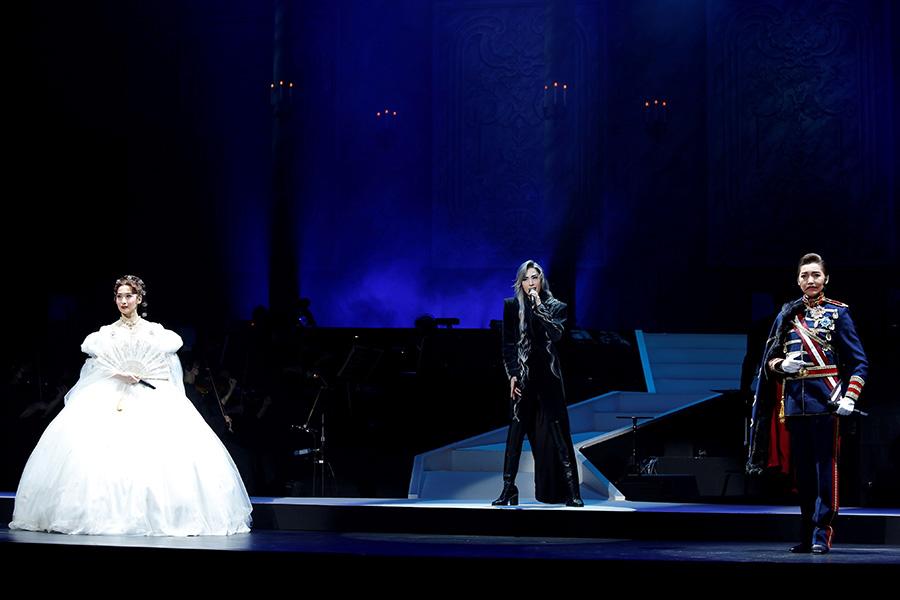 左より、エリザベートの蘭乃はな、トートの明日海りお、フランツの鳳真由。元花組の3人だが、鳳はフランツ役初披露で貴重な顔合わせに。撮影:Studio Elenish