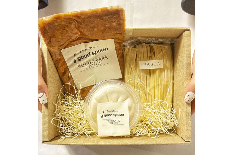 ブッラータチーズ、パスタ、ボロネーゼソースの3点セットで届き、自宅で手軽に調理できる