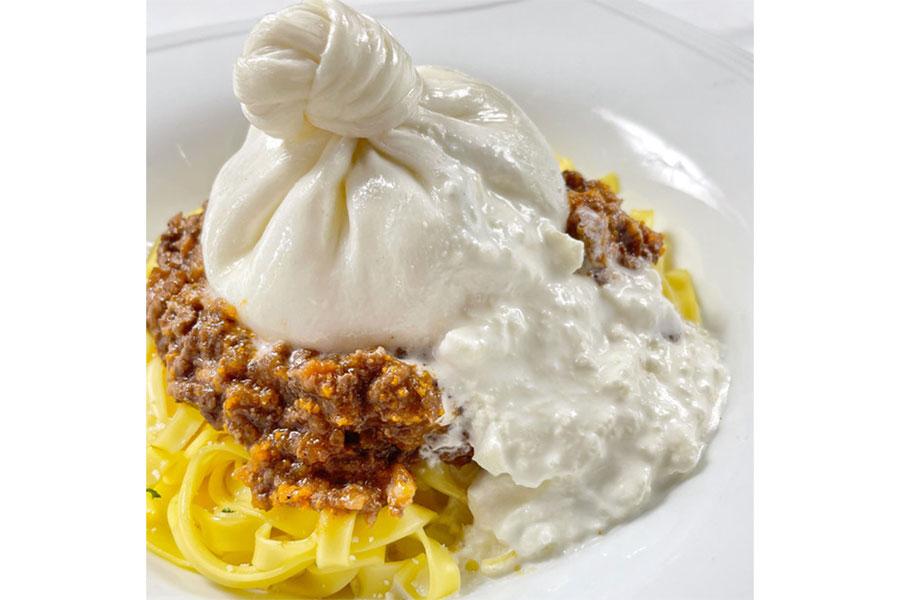 人気NO.1メニューの「ブッラータチーズ ボロネーゼパスタ」は、バターのような濃厚さが特徴