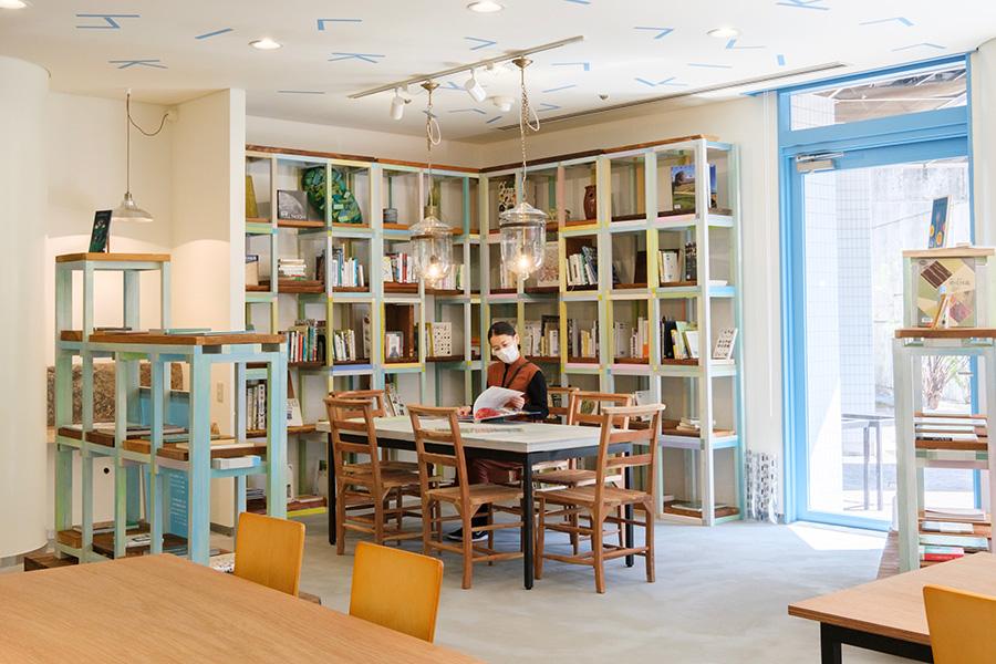 亀岡市立図書館の本が常時400札揃う図書コーナー。本のラインアップはテーマによって変更