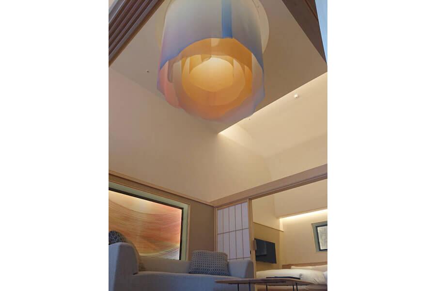清川あさみの灯りの作品『konn』をはじめ、『sora』『suimen』が展示されている「ホテルニューアワジ別亭 淡路夢泉景」のスイートルーム・彩雲