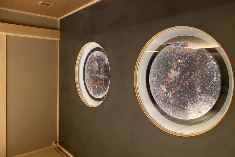 「ホテルニューアワジ別亭 淡路夢泉景」のスイートルーム・細波に展示される、水中に浮遊する金魚が描かれた清川あさみの作品『invisible』