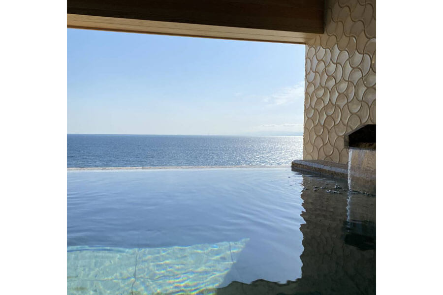 「ホテルニューアワジ別亭 淡路夢泉景」のスイートルーム・彩雲の露天風呂から望む湯船と一体化した海の景色