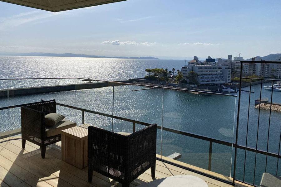 ヨットハーバーの向こうに紀淡海峡を望む旅情あふれる景観のテラスがある「ホテルニューアワジ別亭 淡路夢泉景」のスイートルーム・彩雲