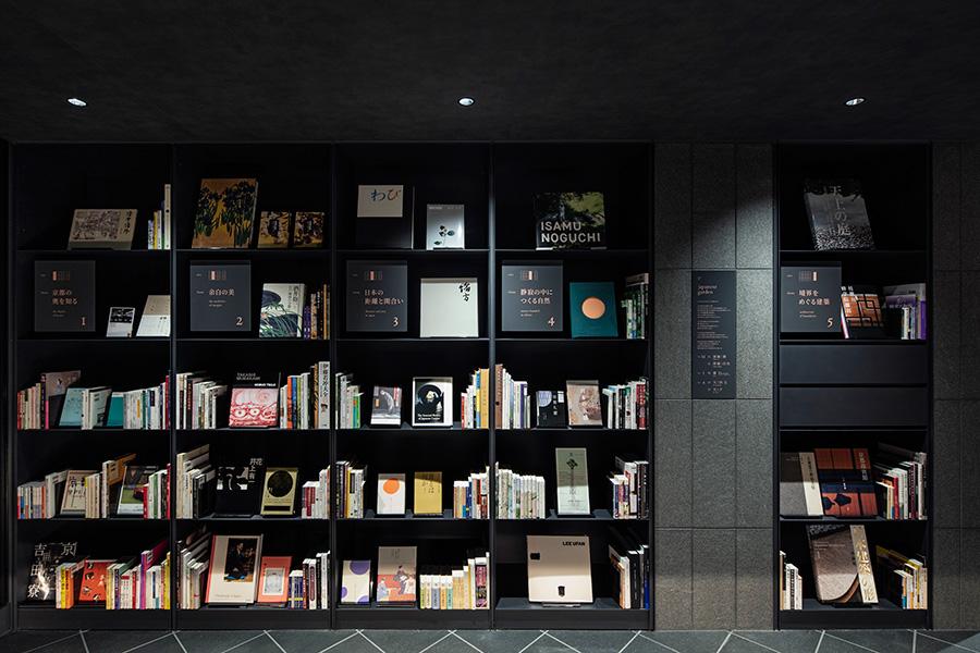ライブラリーでは、街歩きの本から美術書まで。「間と余白の美」を伝えるための選書になっているという