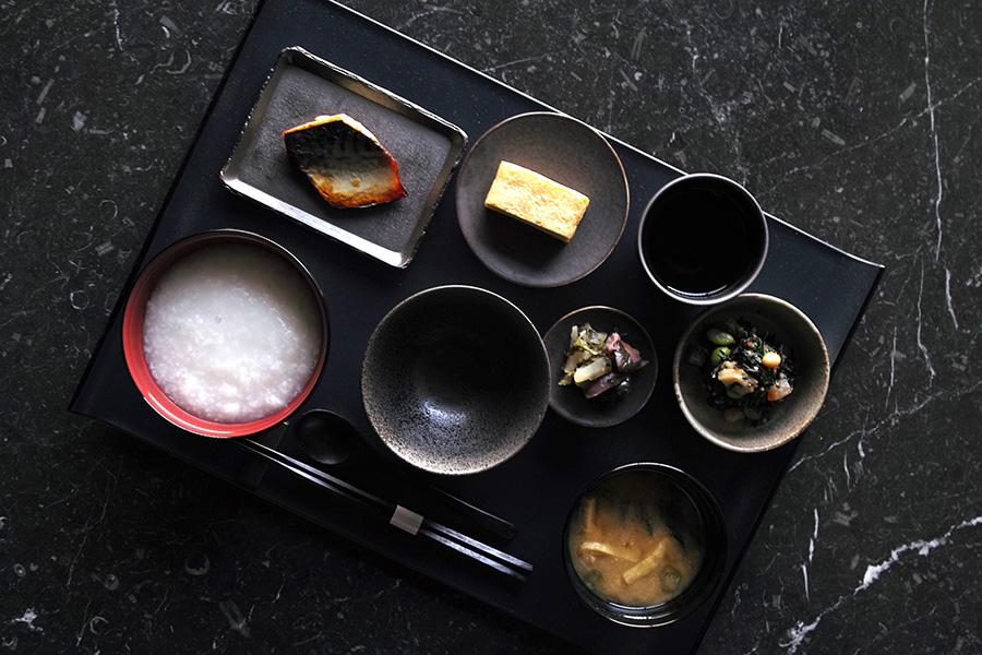 """日本茶専門店「一保堂茶舗」の「京銘茶」と、「八代目儀兵衛」の米を使った""""おかいさん""""が和朝食で楽しめる。2200円"""