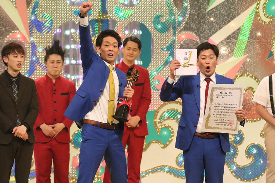 『第56回上方漫才大賞』で新人賞を受賞したネイビーズアフロ(10日・大阪市内)