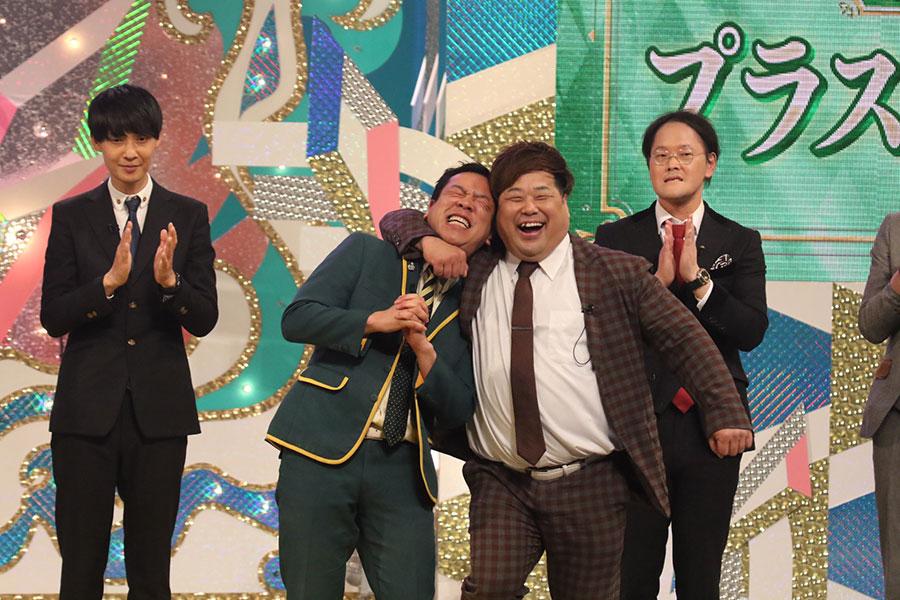 『第56回上方漫才大賞』で奨励賞を受賞し、喜ぶプラス・マイナス(10日・大阪市内)