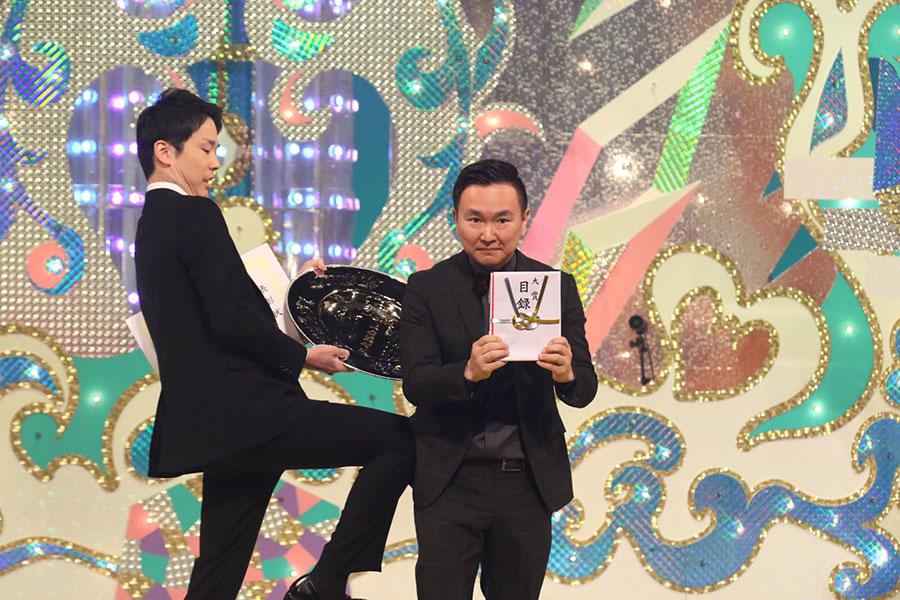 『第56回上方漫才大賞』で大賞を受賞したかまいたち(10日・大阪市内)