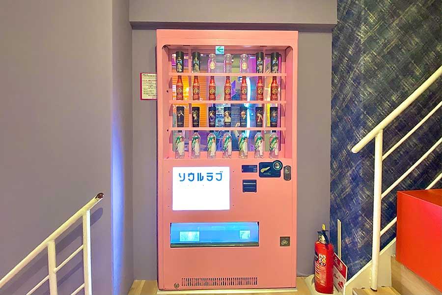 映える自販機と思いきや、「ソウルラブ」の入り口扉