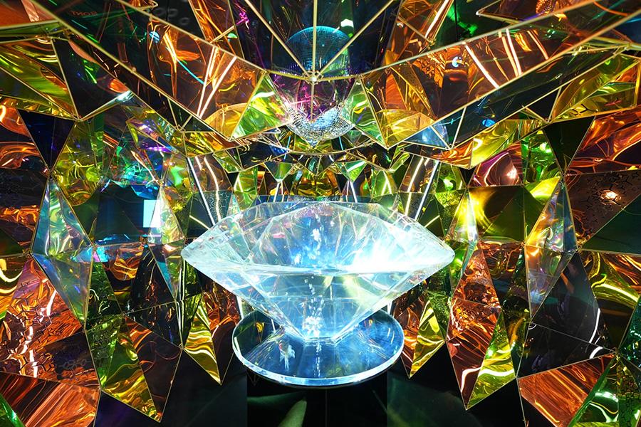 ブリリアンカットの58面体から金魚を観賞できる「ジャパニーズアクアリウムディスコ」