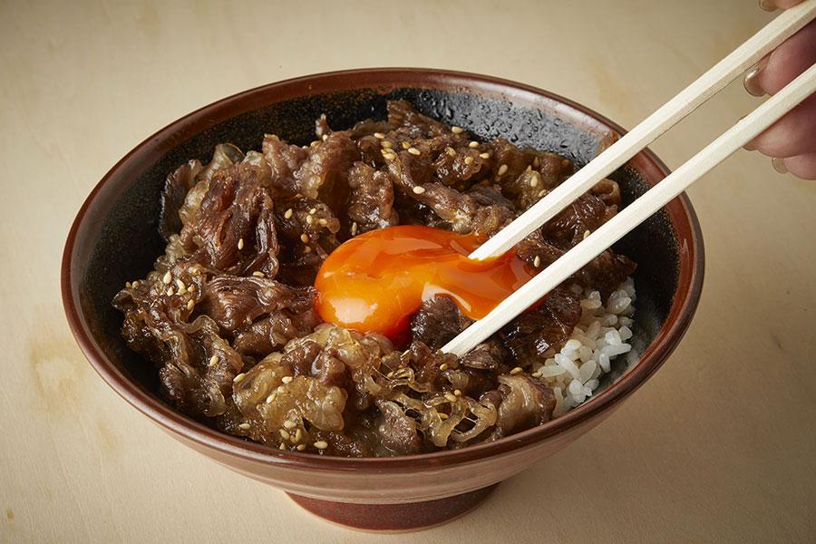 「神戸牛すき焼き丼」は濃厚な卵黄をたっぷり絡めて