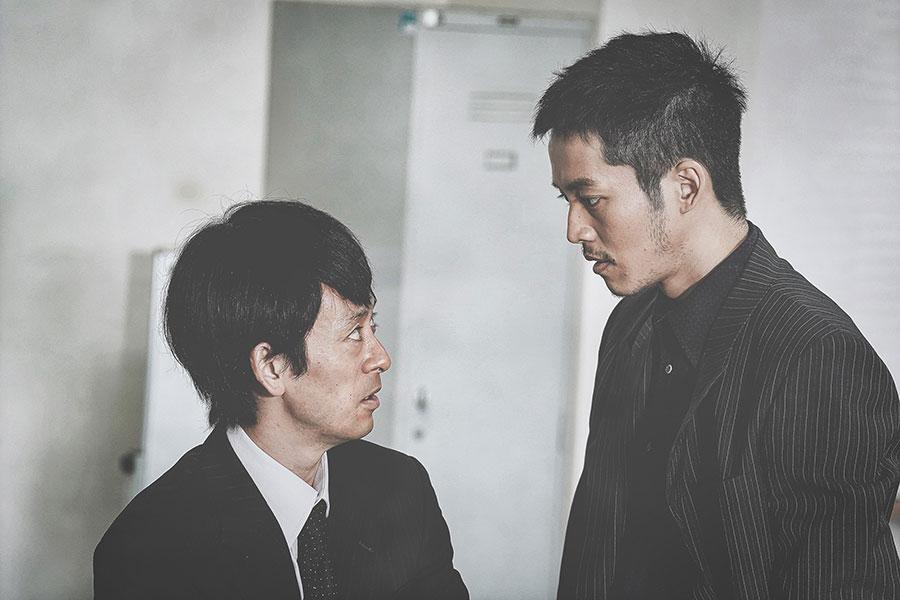 前作より日岡とは因縁のある嵯峨(左・滝藤賢一)と、日岡(松坂桃李)(C)2021 「孤狼の血 LEVEL2 」製作委員会
