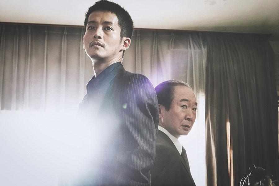 日岡(左・松坂桃李)と、相棒・瀬島(中村梅雀)(C)2021 「孤狼の血 LEVEL2 」製作委員会