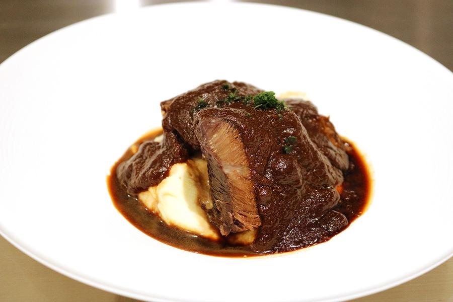 「牛ホホ肉の赤ワイン煮込みトリュフの香るマッシュポテト添え」(702円)