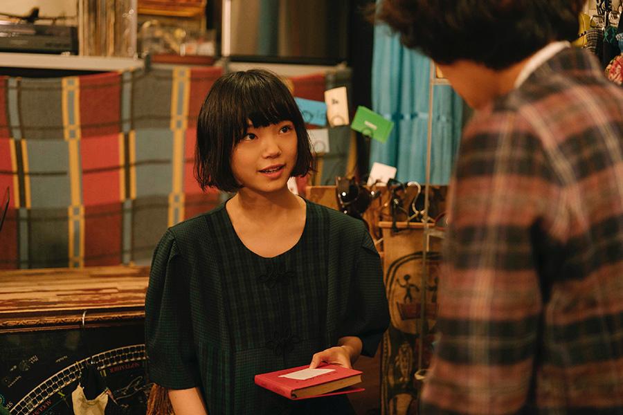 主人公の青が通う古書店で働く田辺冬子を演じる古川琴音。(C)「街の上で」フィルムパートナーズ