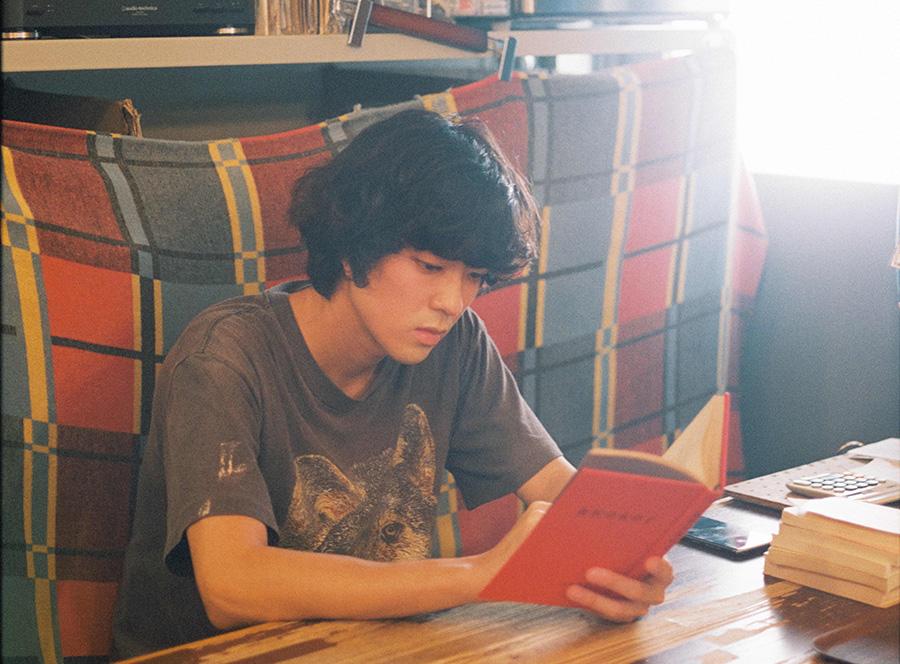 主役を演じる若葉竜也。古着屋に勤め、読書好きな青年を演じる。(C)「街の上で」フィルムパートナーズ