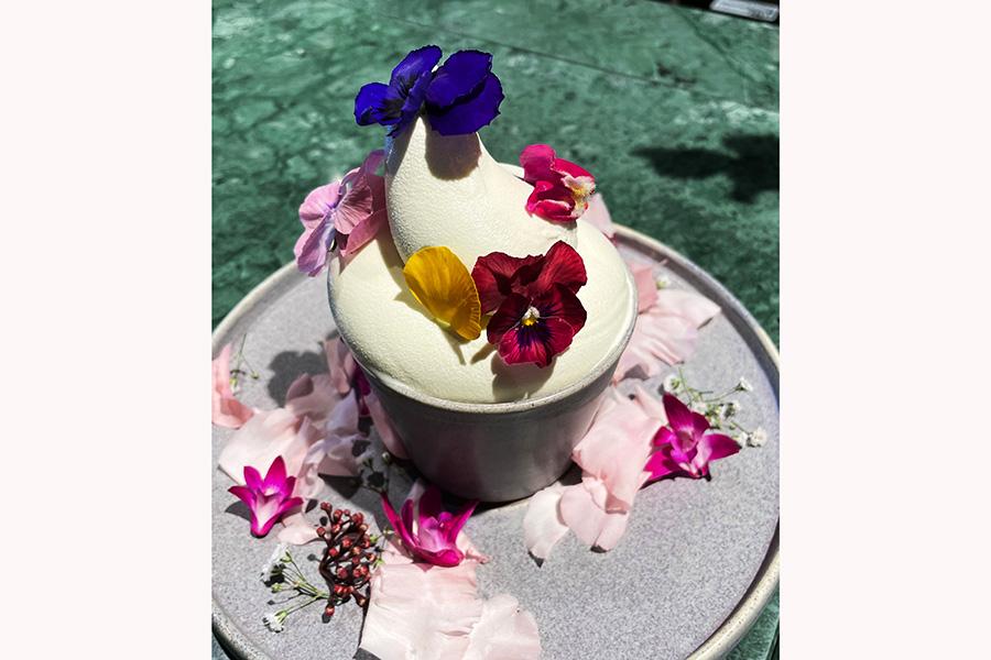 カップでオーダーするとお皿にもエディブルフラワーが。バニラのソフトクリーム600円
