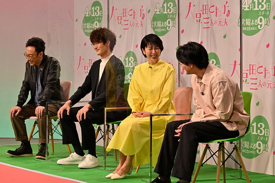 発表会のようす(左から、角田晃広、岡田将生、松たか子、松田龍平)