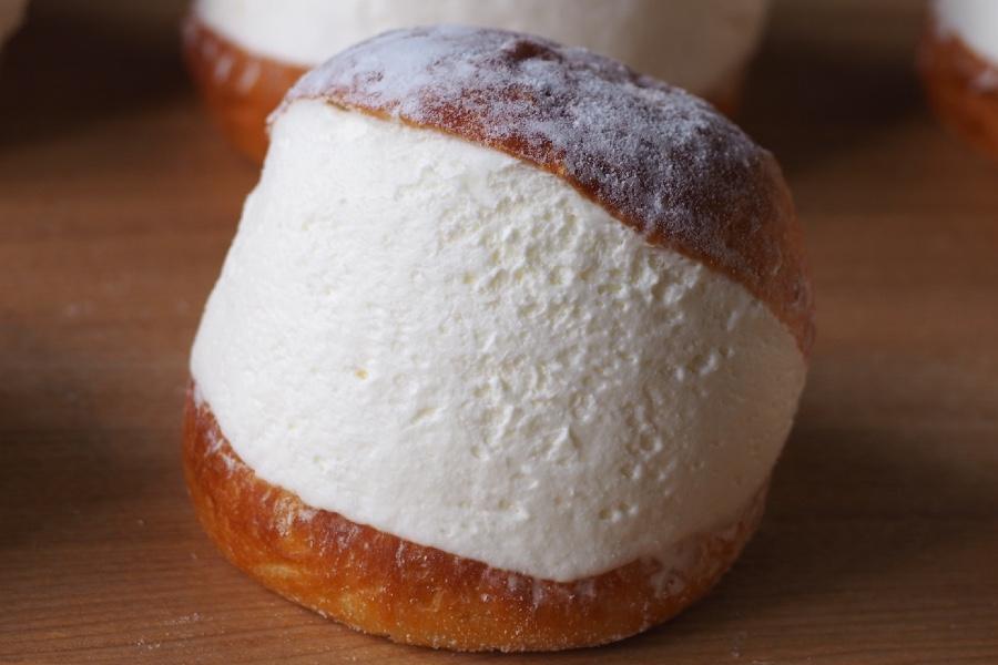 丸いパンに生クリームをたっぷりサンドし、なだらかな断面に仕上げた「マリトッツォ」