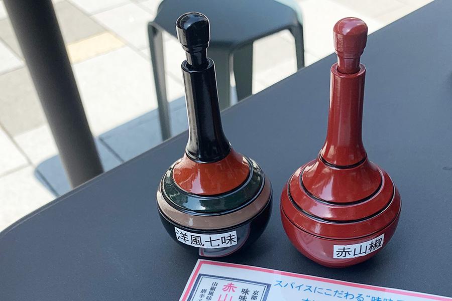 お好みで赤山椒、洋風七味を。シナモンがふわりと香る洋風七味は、カレーうどんをほんの少し洋風な味わいに変化させてくれる