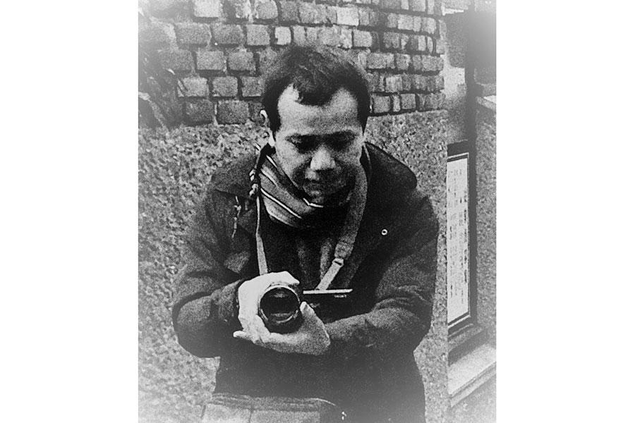 撮影中に森山大道が撮った岩間監督。(C)Daido Moriyama Photo Foundation