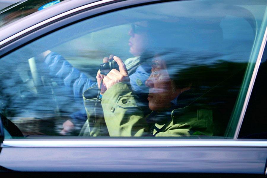 車での移動中もデジタルカメラを手放さない。(C)『過去はいつも新しく、未来はつねに懐かしい写真家 森山大道』フィルムパートナーズ