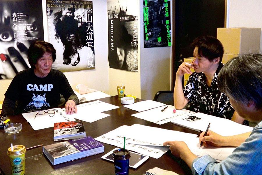 『にっぽん劇場写真帖』の復刻に取り組んだ編集者・神林豊(手前)、造本家・町口覚。(C)『過去はいつも新しく、未来はつねに懐かしい写真家 森山大道』フィルムパートナーズ