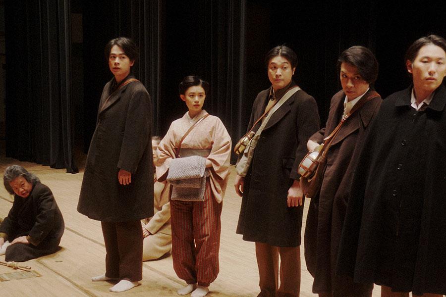 新えびす座にて、大山社長の話を聞く一同 (C)NHK