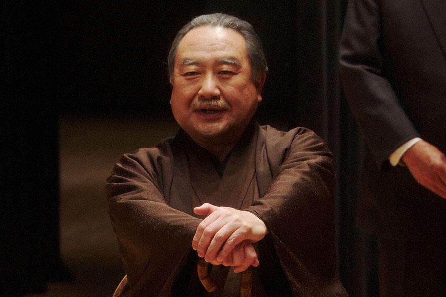 千代たちにある提案をする大山鶴蔵(中村鴈治郎)(C)NHK