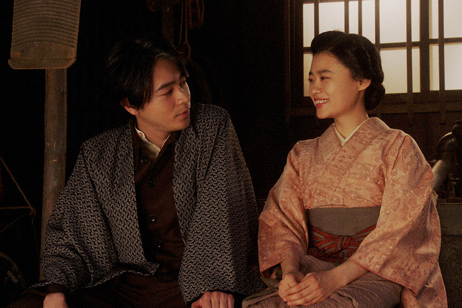 天海家・表にて、一平(成田凌)と話しをする千代(杉咲花)(C)NHK