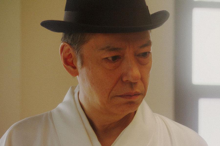 稽古場にて、千之助(星田英利)の話しを聞く万太郎(板尾創路)(C)NHK