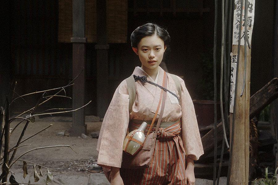 家庭劇稽古場・焼け跡にて、あることをする千代(杉咲花)(C)NHK