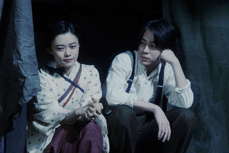 家庭劇稽古場・焼け跡にて、千代(杉咲花)と話しをする一平(成田凌)(C)NHK
