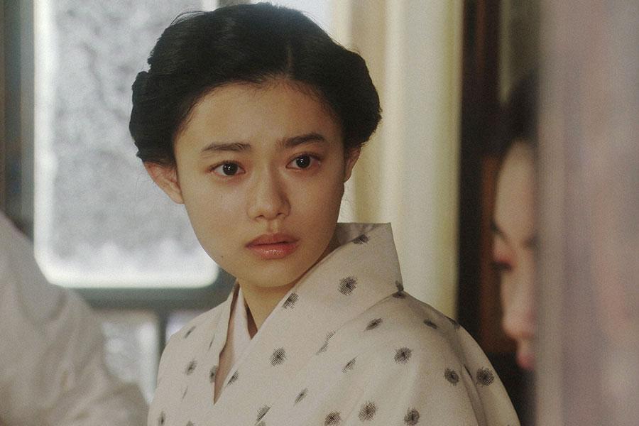 天海家・居間にて、あることに驚く千代(杉咲花)(C)NHK