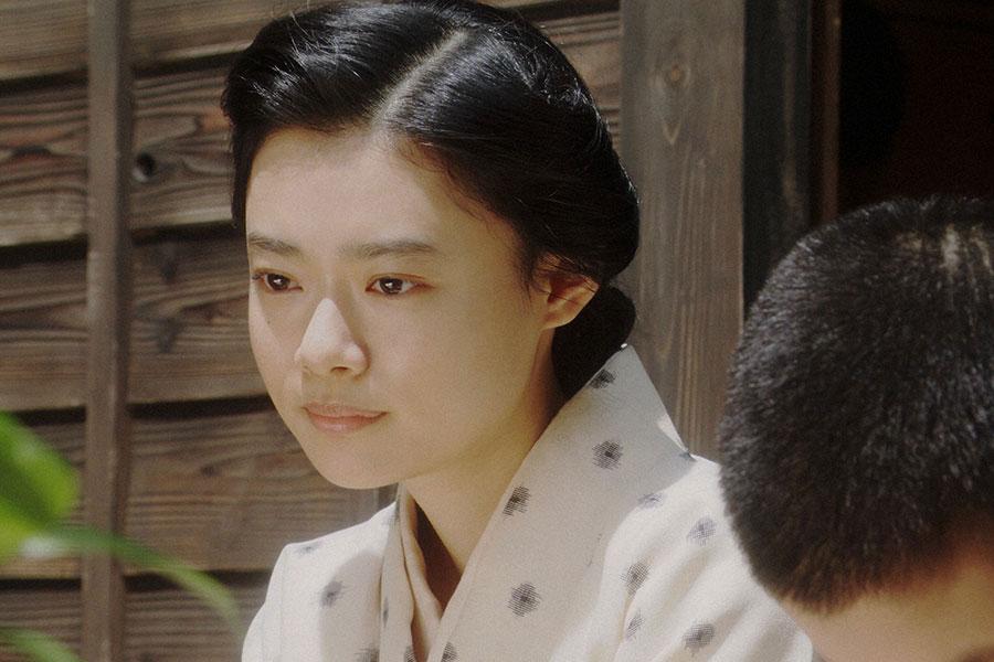 天海家・縁側にて、一福(歳内王太)と話しをする千代(杉咲花)(C)NHK