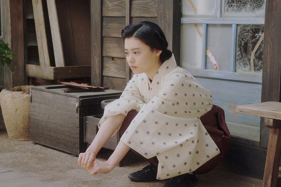 天海家・表にて、あることをする千代(杉咲花)(C)NHK