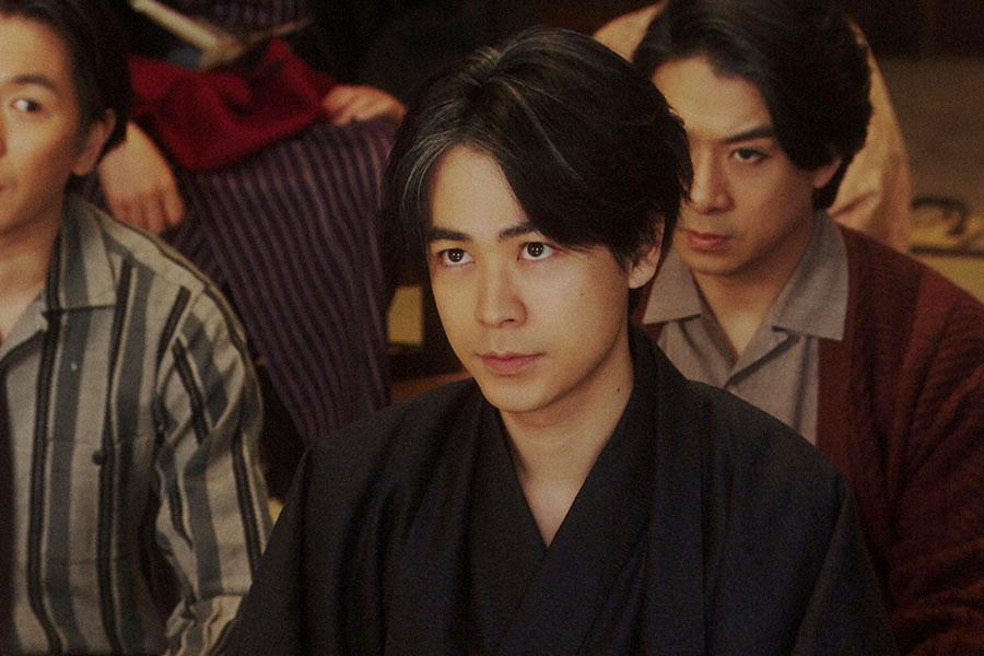 大山社長の話を聞く(左から)徳利(大塚宣幸)、一平(成田凌)、漆原(大川良太郎)(C)NHK